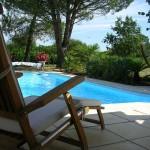 piscine et siège en teck.jpg