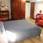 Chambre familiale à l étage avec bureau et armoire.jpg